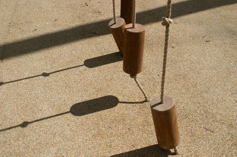 drewniane-zabawki---plac-zabaw-w-parku-leśnym