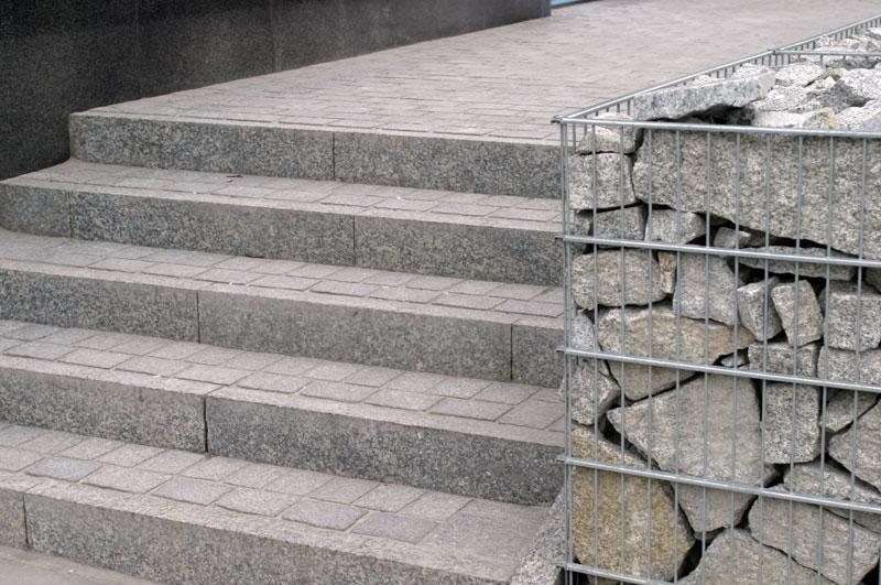 kosze wypełnione kostką granitową przy schodach