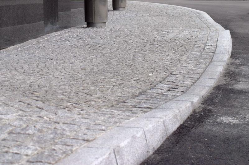 obniżenia w chodniku granitowym