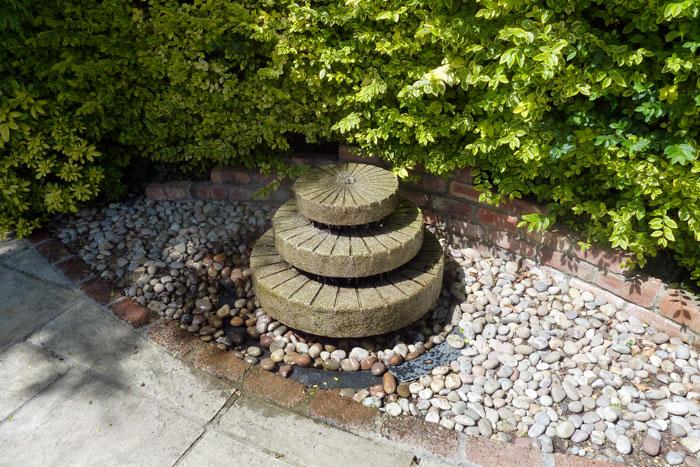 rzeźba---tryskający-kamień---nawiązanie-do-ogrodu-historycznego