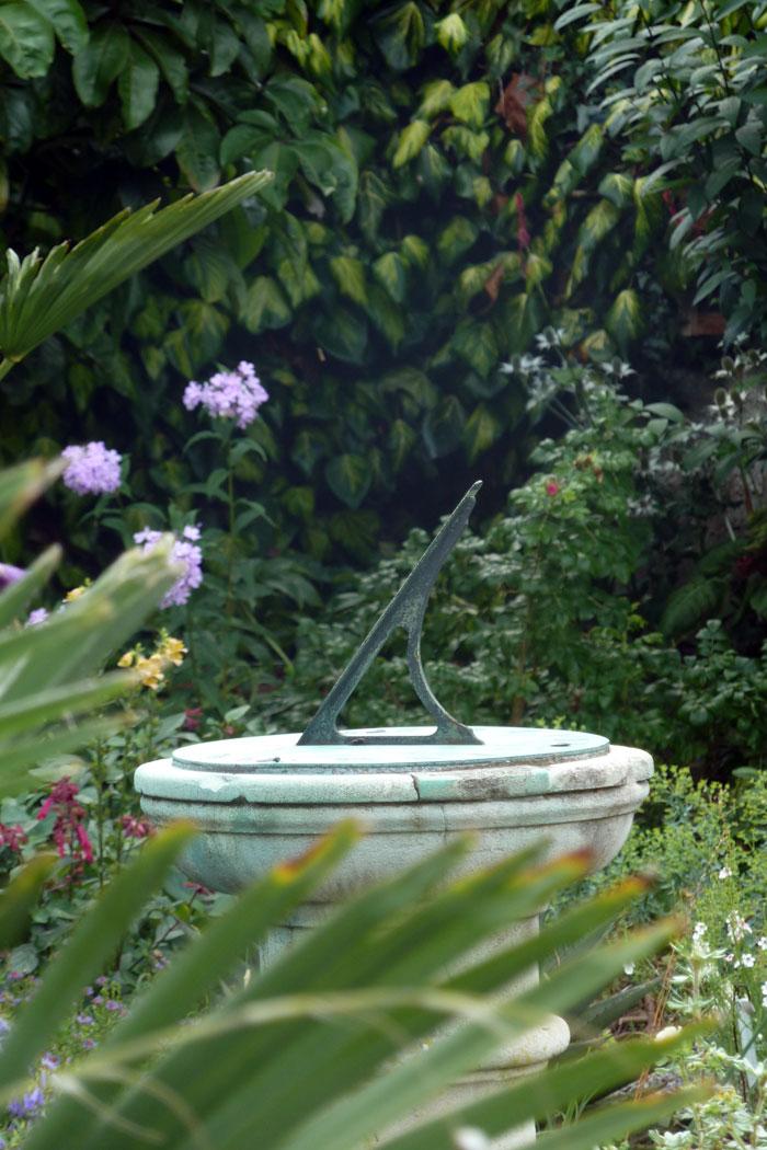 rzeźba-w-ogrodzie---zegar-słoneczny---ogród-historyczny