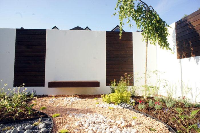 ławka-montowana-do-ściany-w-ogrodzie