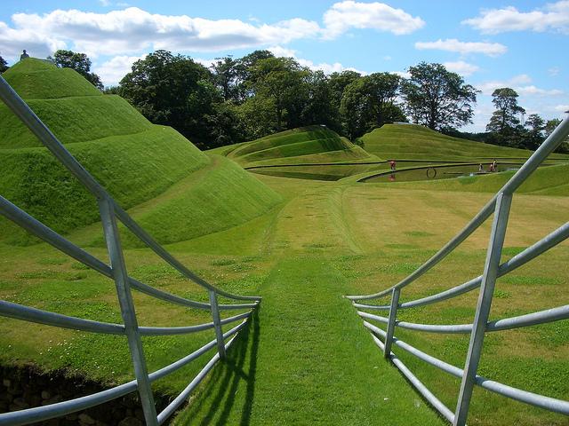 Life Mounds by Charles Jencks współcześni architekci krajobrazu