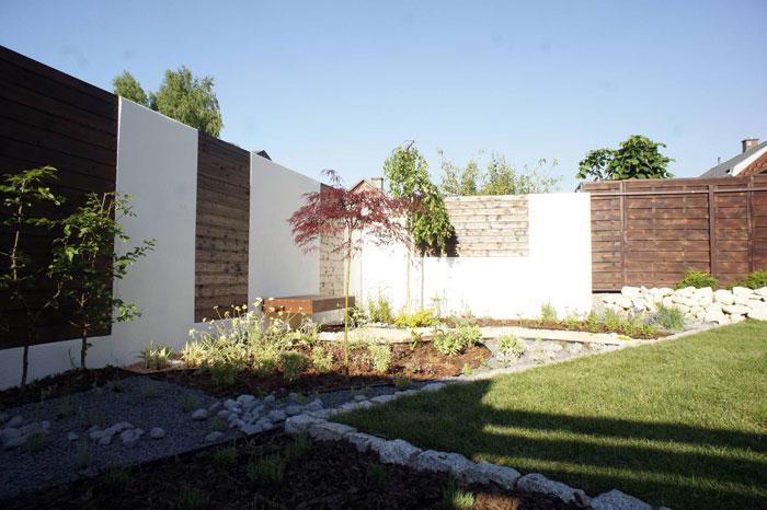 drewniane-panele-w-ogrodzeniu-murowanym---ogród-prywatny