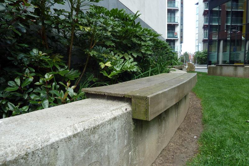 drewniane-siedzisko-na-murku-betonowowym